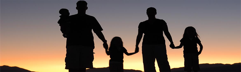 spacerująca rodzina